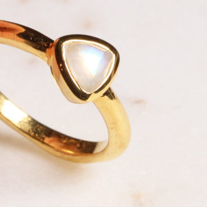 Regenbogen Mondstein ring Triangel Gold